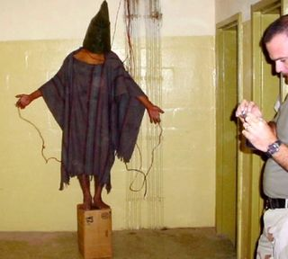 Abu-ghraib_electric-man_2-bystander